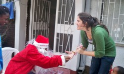 10 voluntaria recogiendo su regalo