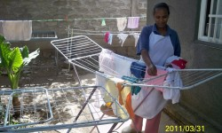 12 Zenash (limpiadora) tendiendo la ropa