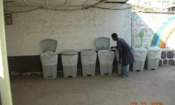 13 Kasahum(chapuzas)  colocando los contenedores de basura