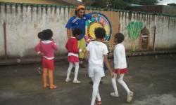 5 jugando con el voluntario