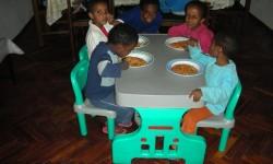 8 comiento en mesa mediana