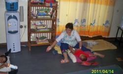 Carmen dando un masaje